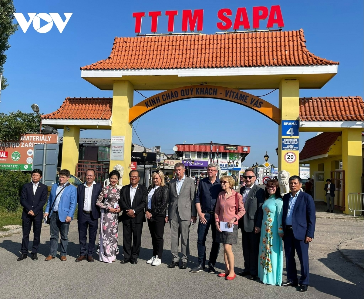 Visiting Sapa Trading Centre, the biggest of its kind by Vietnamese in the Czech Republic, PM Babis says the trading centre symbolizes the traditional friendship between the Czech Republic and Vietnam.