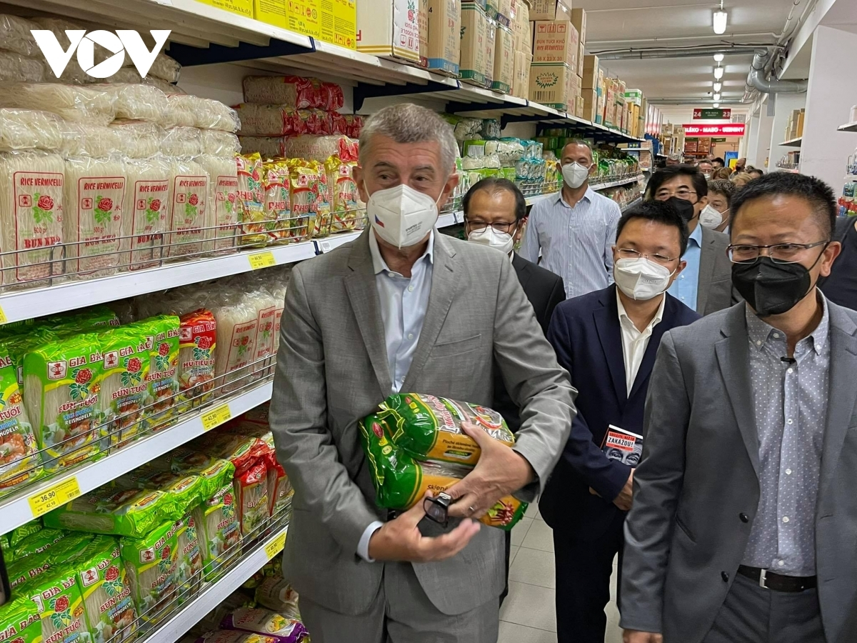 He then goes shopping at Tamda Foods, the largest wholesale supermarket owned by Vietnamese in the Czech Republic.