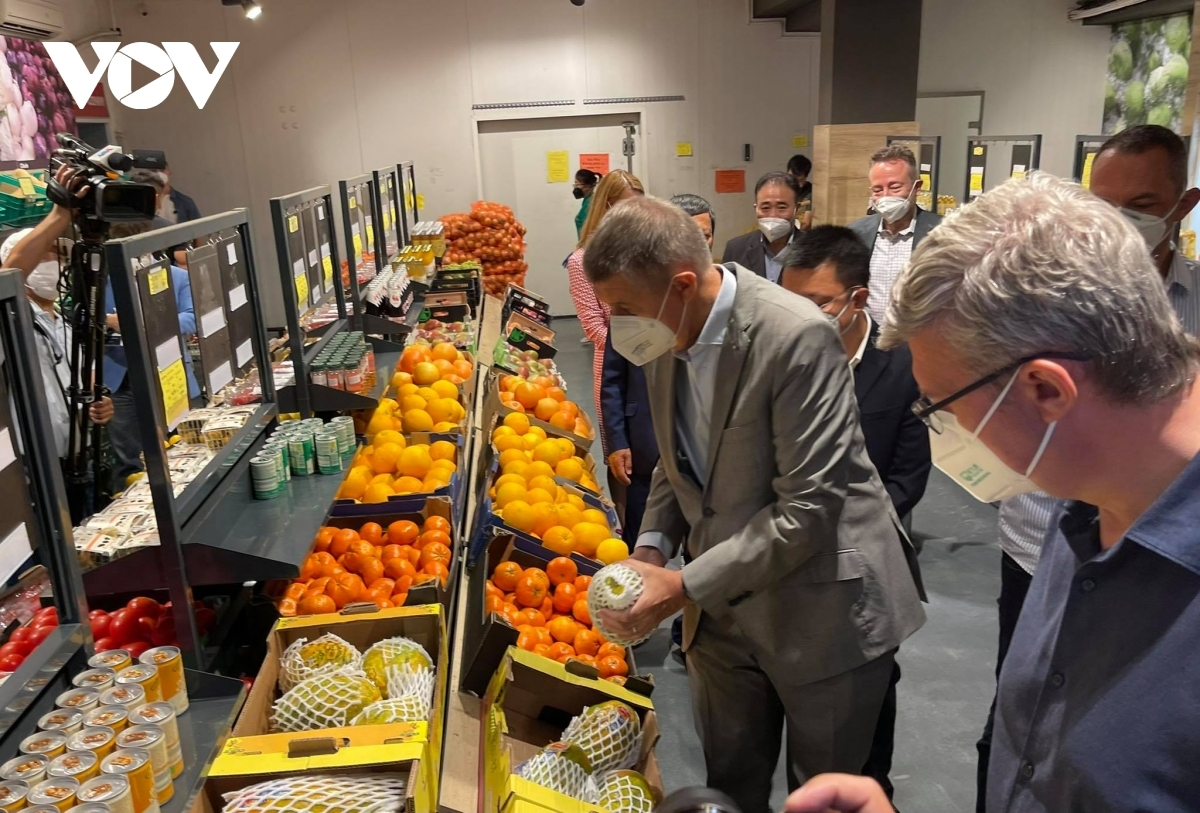 He prefers selecting Vietnamese products that have been available in the Czech Republic for years to serve local and Vietnamese residents, as well as foreigners alike.