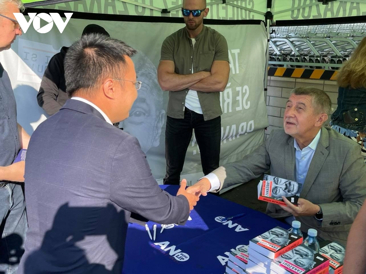 Andrej Babis, who was a businessman, has served as Prime Minister of the Czech Republic since 2017. He is the leading founder of ANO, which is currently leading the ruling coalition. In the photo, he presents books to the Vietnamese community at the trading centre.