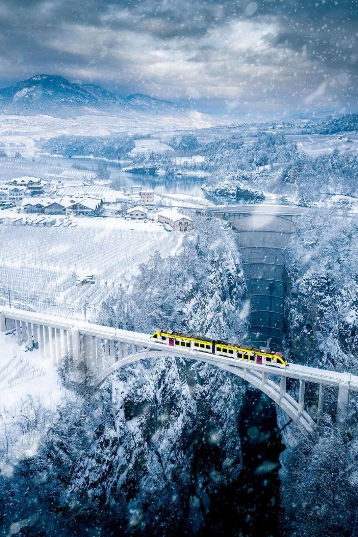 Cảnh tượng xinh đẹp được nhiếp ảnh gia Paolo Crocetta ghi lại cho thấy một đoàn tàu nhỏ có tên là Vaccanonesa đi từ thành phố Trento của Italy tới làng Val di Non và Val di Sole ở tỉnh Trentino qua một hẻm núi ở độ cao hơn 150 mét.