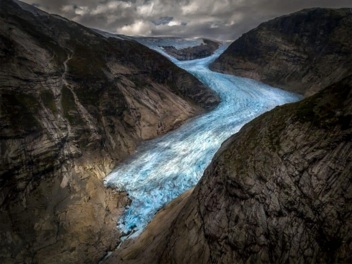 Bức ảnh của nhiếp ảnh gia Henrique Murta chụp ở Na Uy cho thấy khoảnh khắc dòng sông băng Jostedal chảy xuống và nghiền vỡ những tảng đá trên đường đổ ra hồ Nigardsbrevatnet.