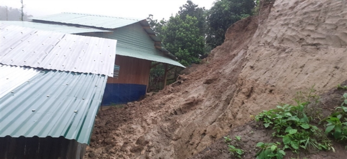 Heavy rain causes landslides to hit Phuoc Thanh commune. Fortunately, policemen are on hand to help evacuate residents to safe areas.