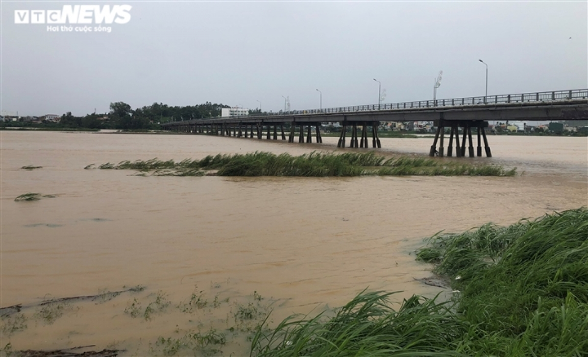 Floodwater on rivers in Quang Ngai province rise high due to the torrential rain over recent days.