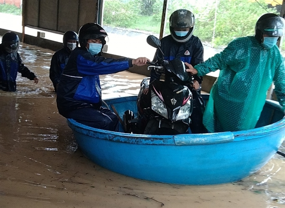 As many as 50 households in Binh Son district of Quang Ngai province are left submerged, with on-duty officials helping residents seek shelter amid the flooding situation.