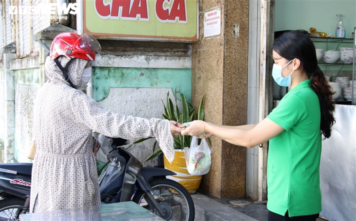 Both sellers and buyers feel safe as a 'new normal' state comes to green areas throughout Da Nang.