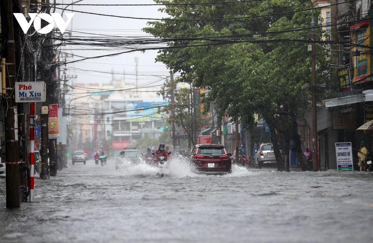 The water level on Hung Vuong street remains high at 6 p.m. on September 12.