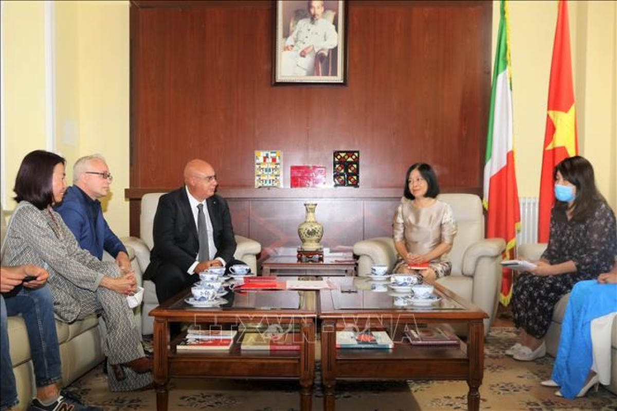 Italy's emergency service Sis 118 president Mario Balzanelli shares experience in COVID-19 treatment at a working session with Ambasador Nguyen Thi Bich Hue. (Photo: VNA)