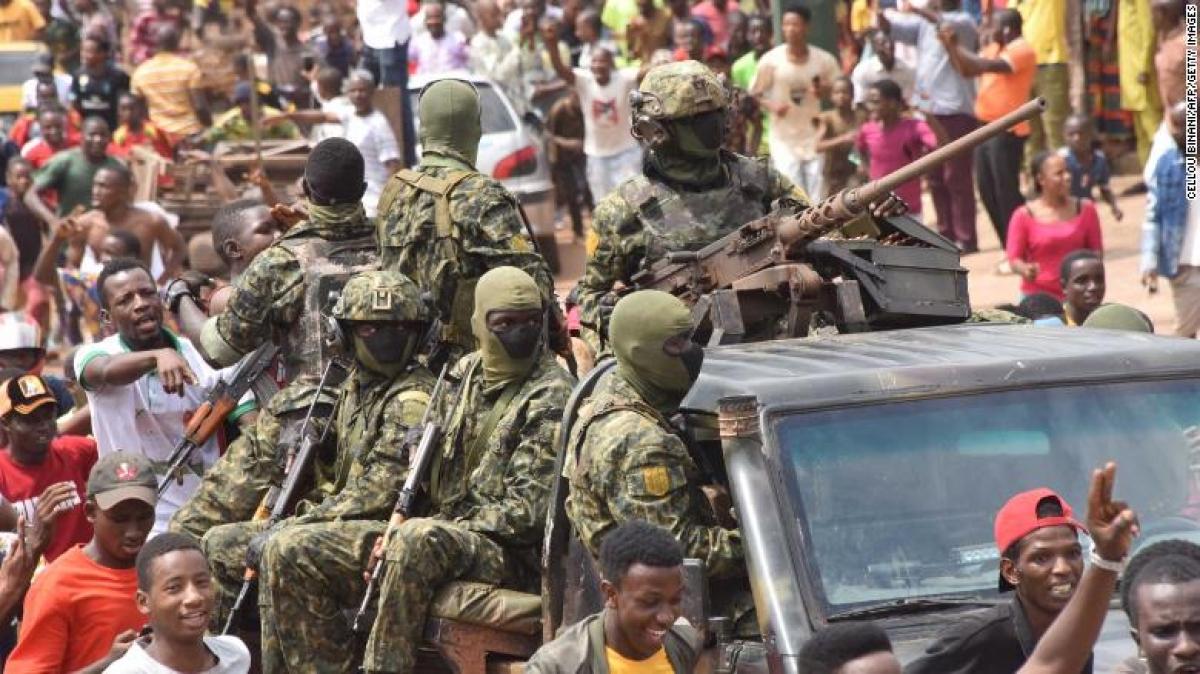Lực lượng đảo chính được chào đón trên đường phố ở thủ đô Conakry của Guinea. Ảnh: Getty