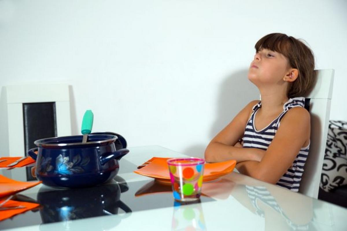 Chán ăn: Những người mắc sốt xuất huyết thường bị suy giảm khẩu vị. Điều này khá dễ hiểu vì khi bị sốt, cơ thể người bệnh thiếu nước hơn bình thường. Sự thiếu nước này đòi hỏi được giải quyết trước hết để tránh làm tăng nặng các triệu chứng khác.