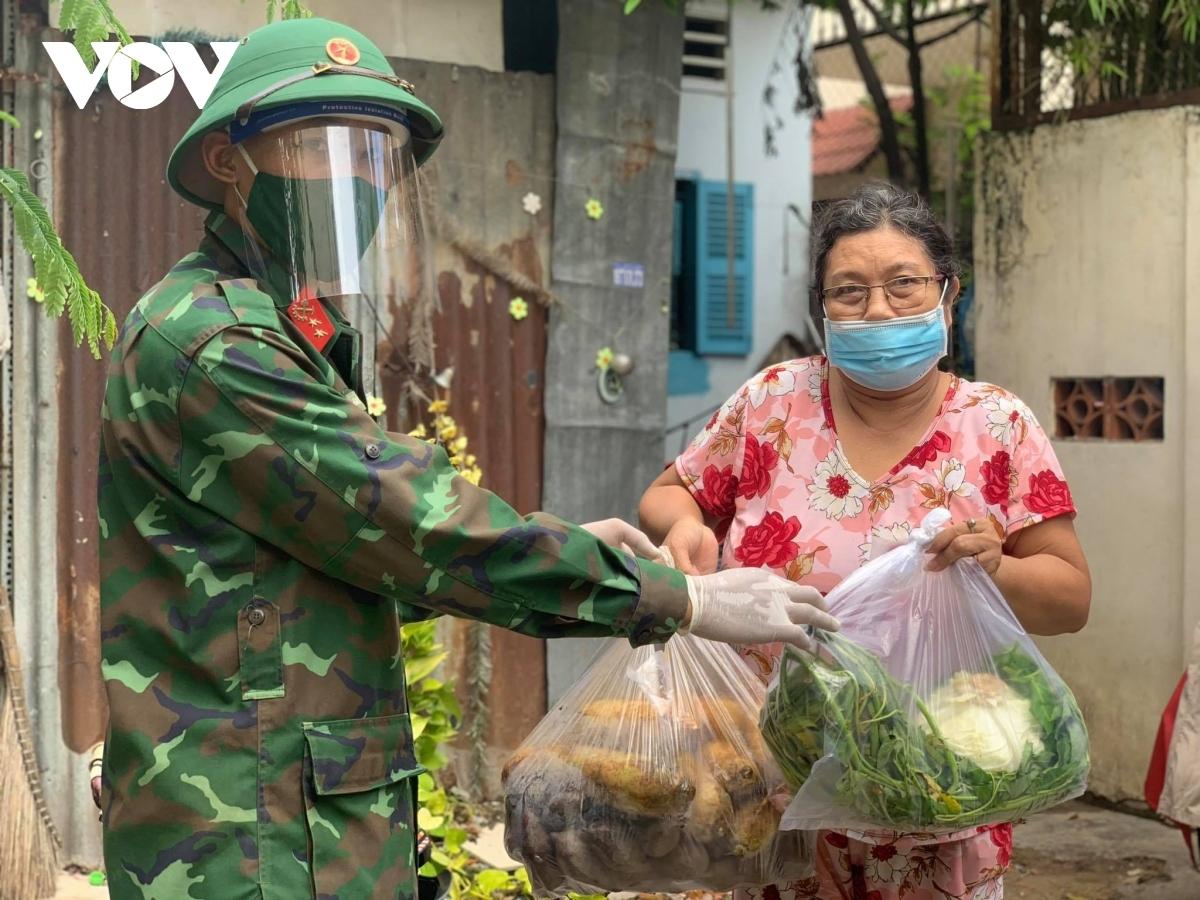 Lực lượng quân đội được phân công về các địa bàn để hỗ trợ cán bộ địa phương trong các công tác chống dịch và chăm lo đời sống người dân