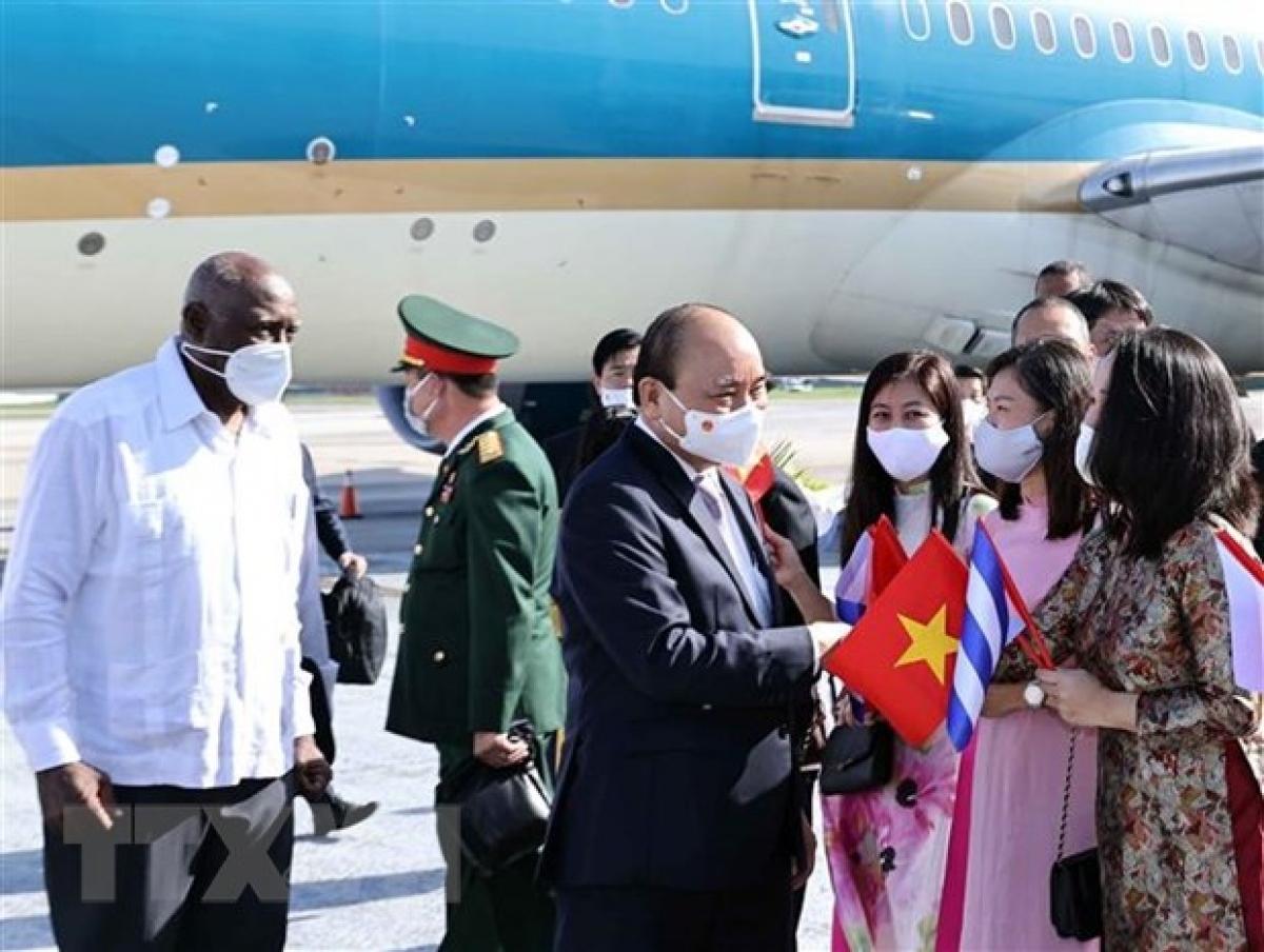 Politburo member, Vice President of Cuba Salvador Valdés Mesa (left) welcomesPresident Nguyen Xuan Phucat Havana Jose Marti International Airport.(Photo: VNA)
