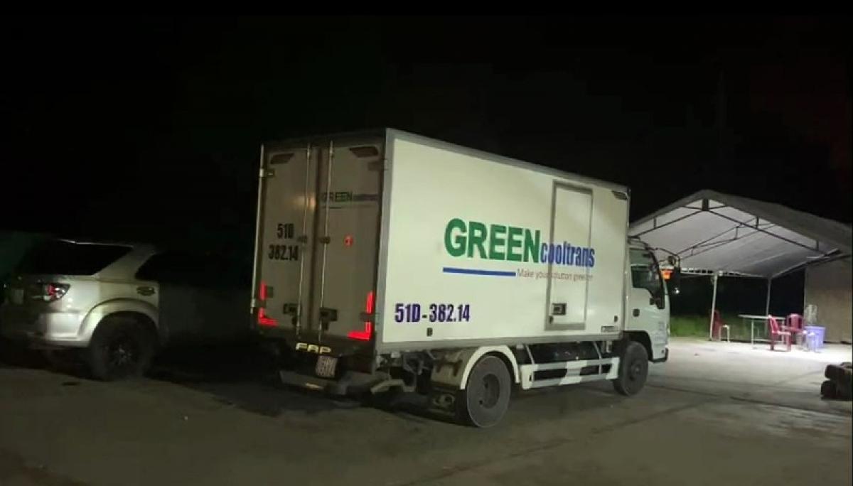 Xe đông lạnh chở 15 người trong thùng