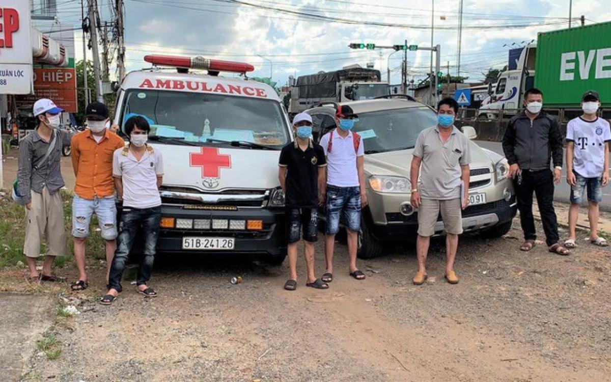Nhóm người lợi dụng xe cấp cứu để qua chốt kiểm dịch tại Đồng Nai (Ảnh: Công an tỉnh Đồng Nai)