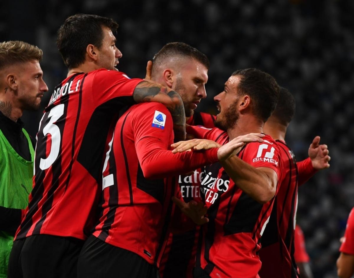 Các cầu thủ AC Milan ăn mừng bàn gỡ hòa (Ảnh: Getty).