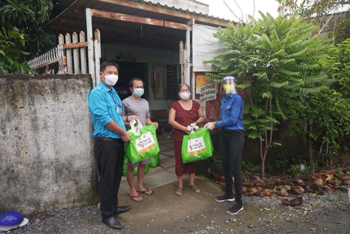 H'Hen Niê mang theo 400 túi an sinhđến nhà Bè trao cho những hộ khó khăn trong thời điểm dịch bệnh
