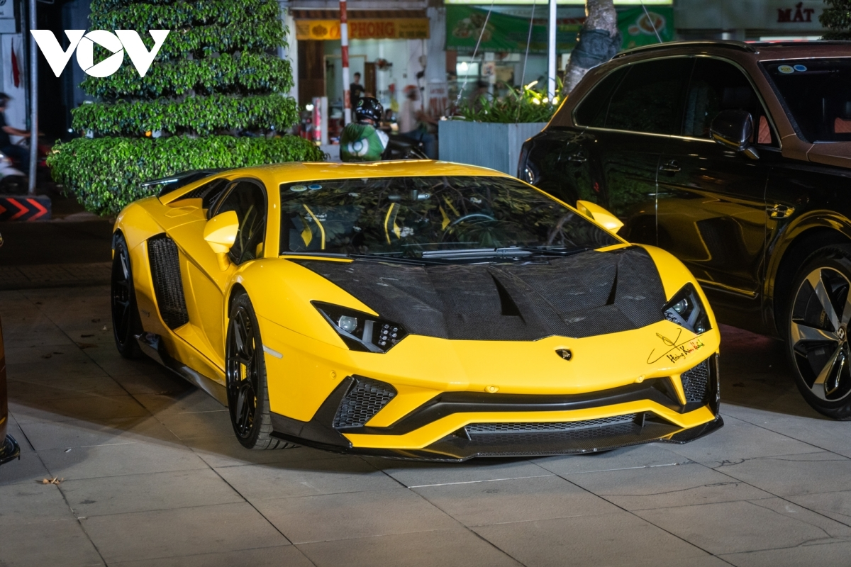 Lamborghini Aventador S: Đây là dòng siêu xe sử dụng động cơ V12 đặc trưng của Lamborghini trong 10 năm trở lại đây. Tại thị trường Việt Nam, Aventador LP700-4 có giá bán chính hãng trước đây ở mức 33 tỷ đồng nhưng với Aventador S, giá bán của xe ở mức hơn 45 tỷ đồng.