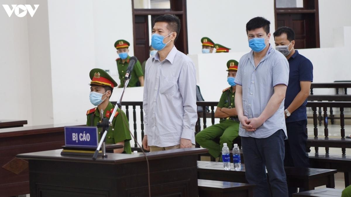 Cựu Giám đốc CDC Hà Nội - Nguyễn Nhật Cảm (hàng ghế đầu) tại phiên tòa phúc thẩm. (Ảnh: Trọng Phú)