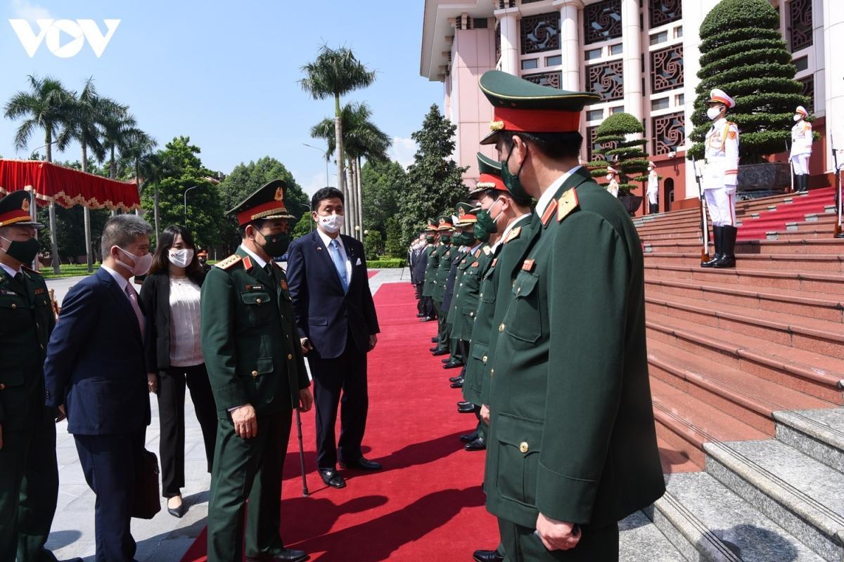 Bộ trưởng Bộ Quốc phòng Phan Văn Giang giới thiệu các sĩ quan, tướng lĩnh cao cấp của QĐND Việt Nam với ngài Kishi Nobuo, Bộ trưởng Bộ Quốc phòng Nhật Bản.