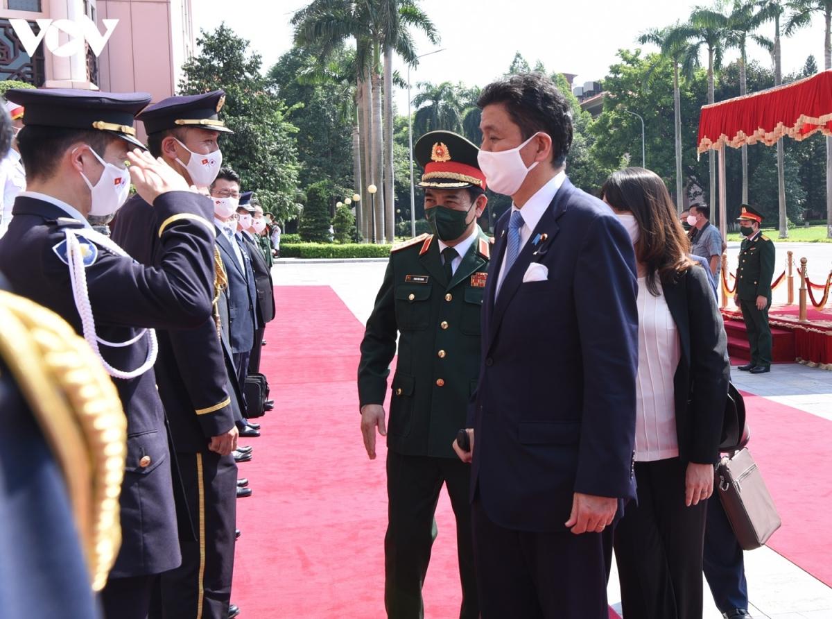 Bộ trưởng Kishi Nobuo giới thiệu các tướng lĩnh cao cấp Nhật Bản đi cùng đoàn sang thăm và làm việc tại Việt Nam.
