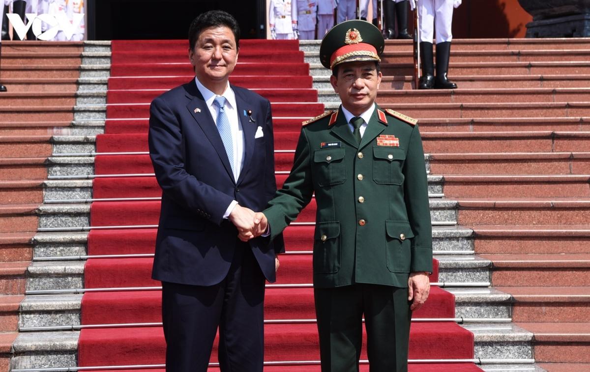 Lễ đón chính thức Bộ trưởng Bộ Quốc phòng Nhật Bản được tổ chức tại Trụ sở Bộ Quốc phòng chiều ngày 11/9. Dự lễ đón có Đại tướng Phan Văn Giang, Bộ trưởng Quốc phòng và các tướng lĩnh, sĩ quan cao cấp của QĐND Việt Nam.