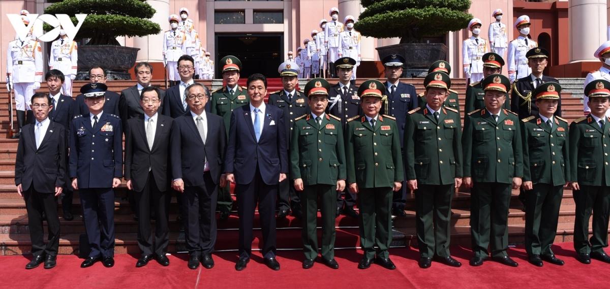 Dịp này, hai đoàn đại biểu cũng thống nhất trên cơ sở quan hệ hợp tác quốc phòng song phương Việt Nam - Nhật Bản trong giai đoạn phát triển mới, các cơ quan hai bên sẽ hợp tác chặt chẽ trong chương trình hợp tác trong các cơ chế hợp tác đa phương, khu vực, đặc biệt là ARF, ADMM+ và hợp tác an ninh mạng giữa các cơ quan quốc phòng Nhật Bản và ASEAN. Trong ảnh:Hai Bộ trưởng cùng đoàn đại biểu cấp cao chụp ảnh chung.