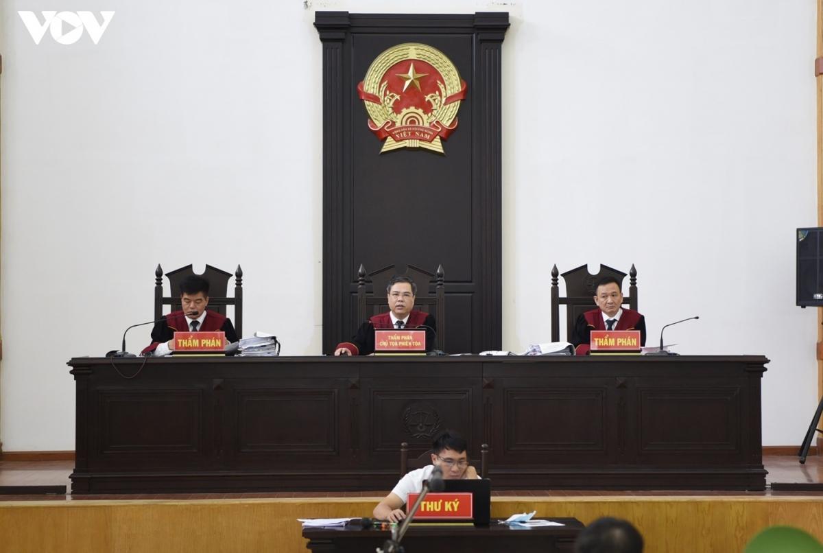 HĐXX do thẩm phán Võ Hồng Sơn (giữa) làm chủ tọa