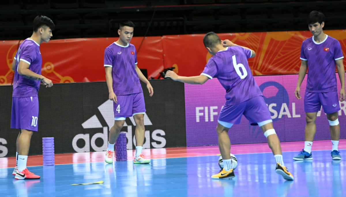 ĐT Futsal Việt Nam làm quen với nhà thi đấu Kaunas. (Ảnh: VFF)