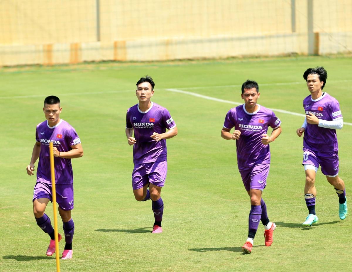Tiền vệ Văn Công (thứ 2 từ trái sang) từng gây ấn tượng khi khoá chặt Công Phượng tại V-League.
