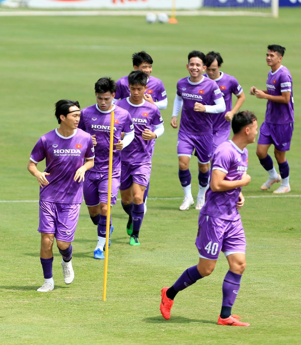 """""""Món chính"""" trong buổi tập hôm nay của ĐT Việt Nam là những bài tập chạy bền quanh sân kết hợp với vừa chạy vừa dẫn bóng."""