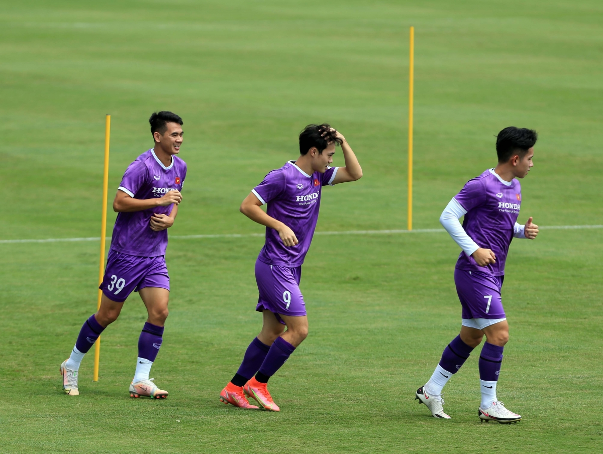 Khối lượng tập luyện của ĐT Việt Nam được đẩy lên cao hơn so với ngày tập luyện đầu tiên, khiến các cầu thủ phải rất nỗ lực mới có thể hoàn thành.