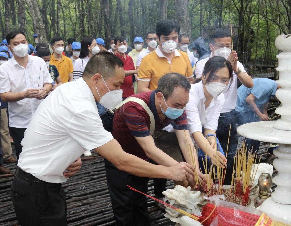 Những du khách đặc biệt thăm và dâng hương tại di tích khu Căn cứ Cách mạng Rừng Sác