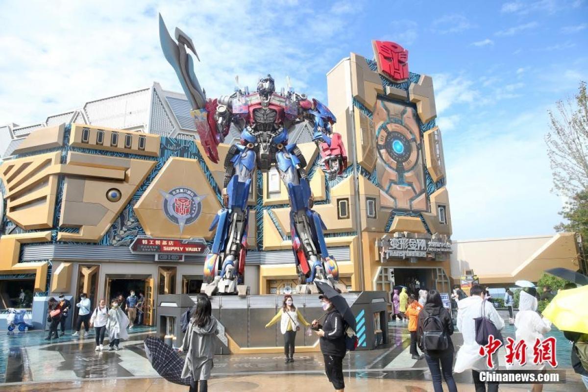Du khách tham quan khu vực chủ đề Transformers. (Ảnh: Chinanews)