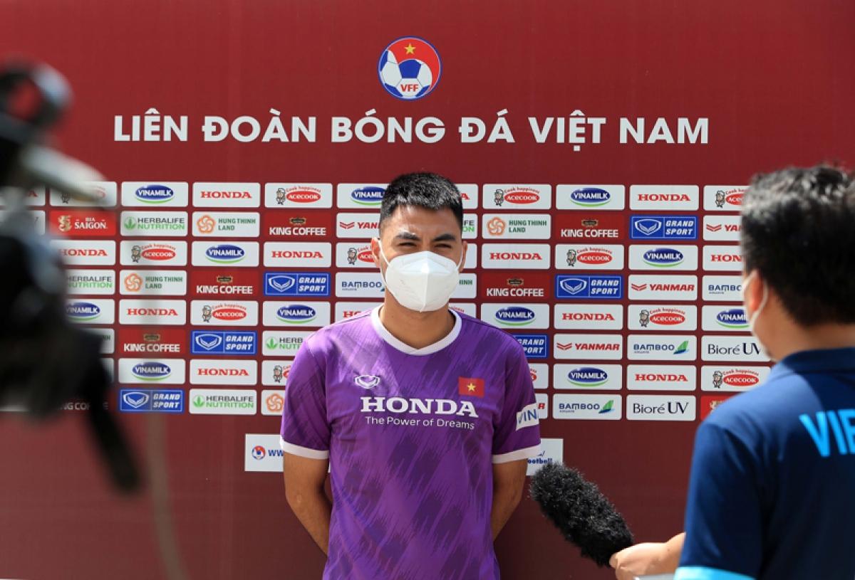 Tiền vệ Đức Huy trả lời phỏng vấn bên lề buổi tập của ĐT Việt Nam. (Ảnh: VFF)
