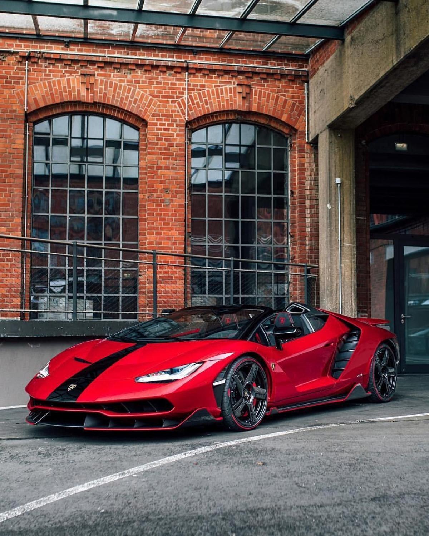 Lốp xe cũng được trang trí bởi đường viền màu đỏ. Được biết, đây là dòng sản phẩm lốp Pirelli Color Edition đặc biệt.