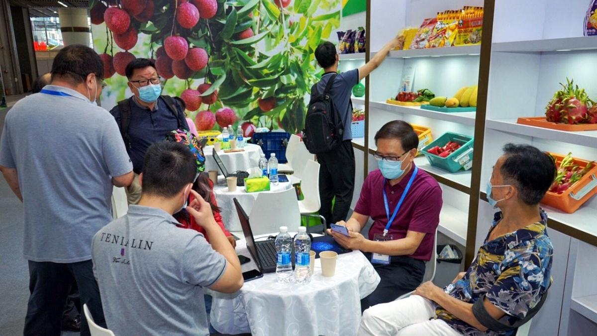 """Các nhà mua hàng có cơ hội xem xét, trải nghiệm sản phẩm xuất khẩu của Việt Nam thông qua mô hình """"Triển lãm từ xa"""". Ảnh: Vietrade"""
