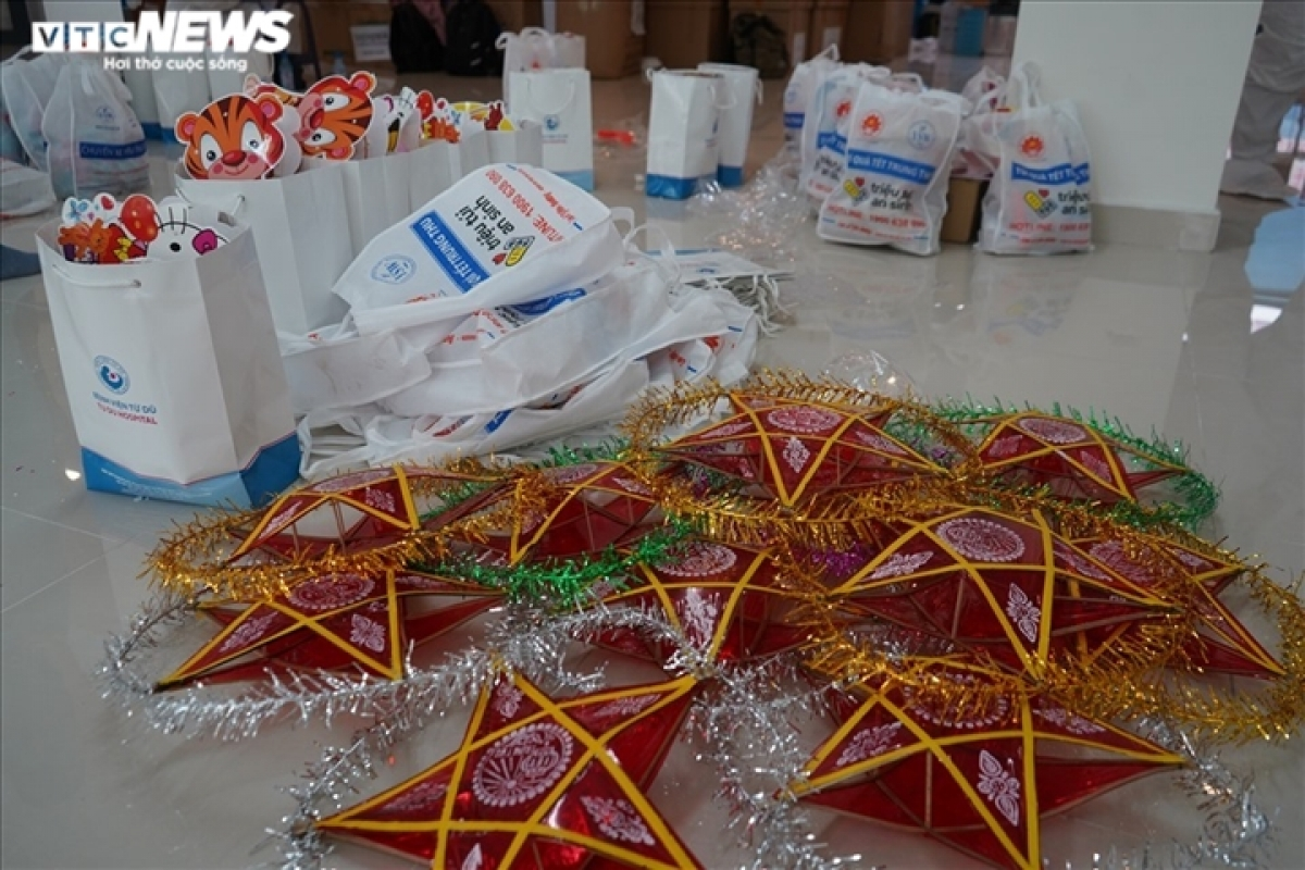 Healthcare workers prepare star-shaped lanterns and cakes as special gifts to offer the child COVID-19 patients.