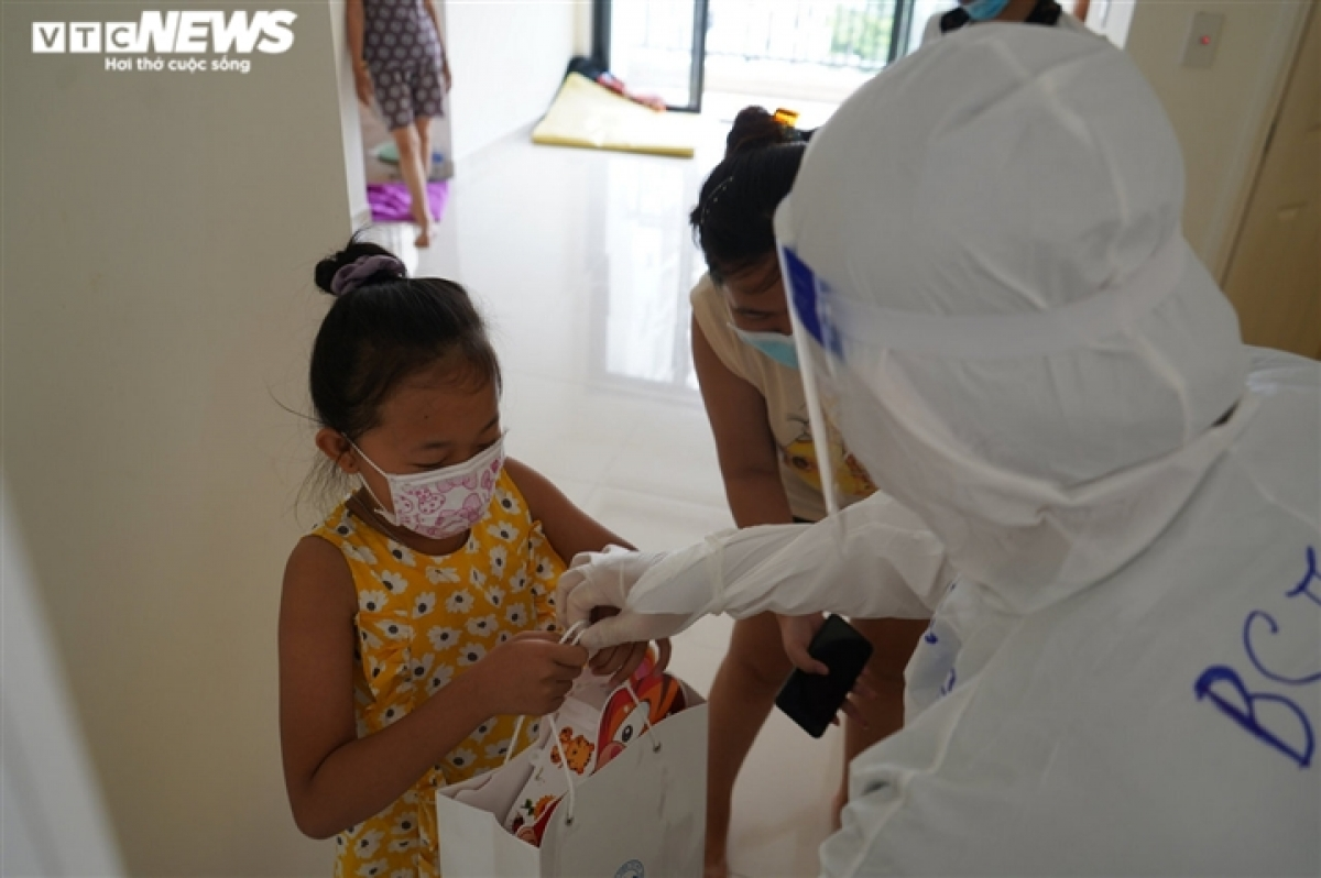 Child patients are excited at receiving gifts during this year's special Mid-Autumn Festival.
