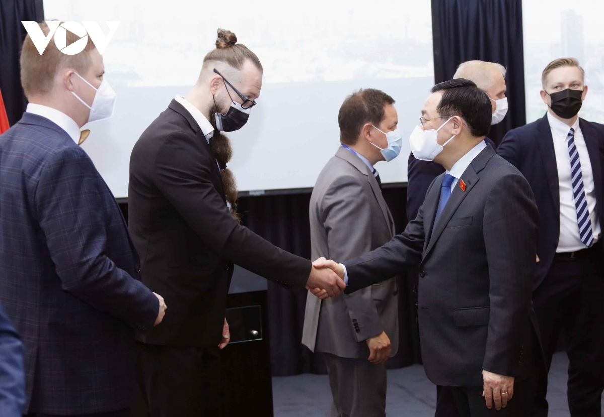 NA Chairman Vuong Dinh Hue meets with leading Finnish businesses in Helsinki