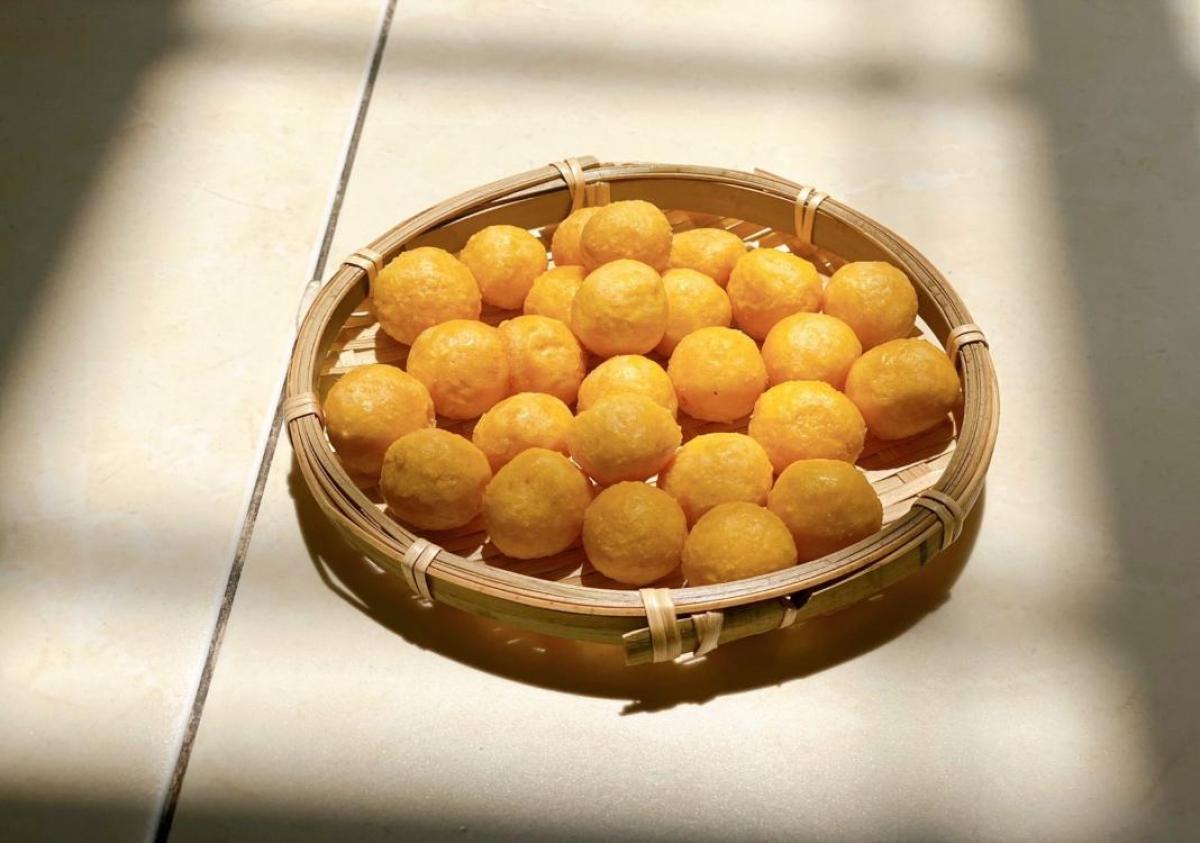 Eye-catching yellow longan cakes