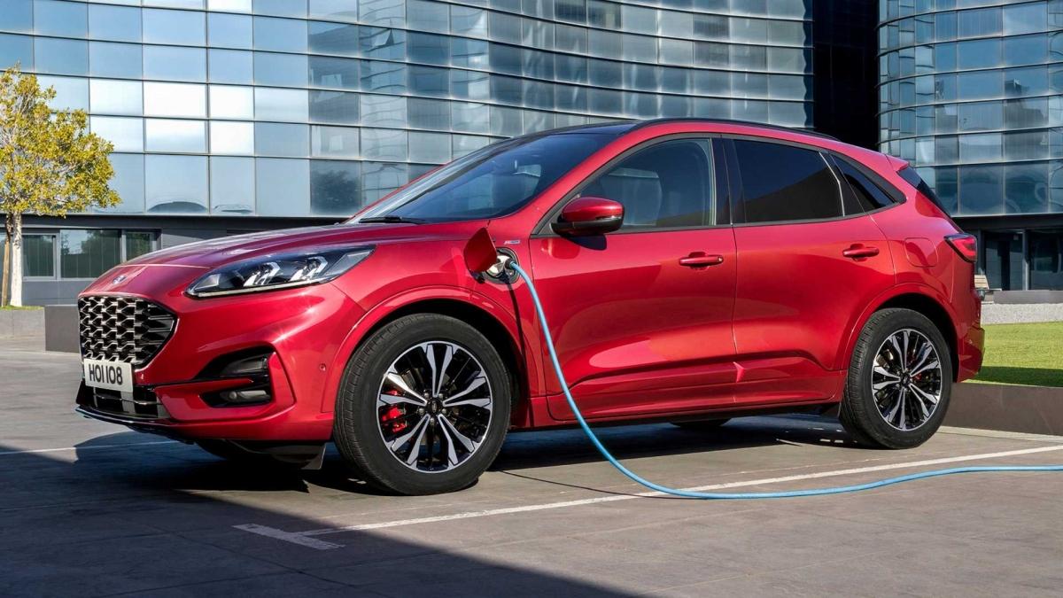 1. Ford Escape PHEV Chiếc xe đứng đầu danh sác này là Ford Escape PHEV với khả năng tiêu thụ chỉ 2,31 lít nhiên liệu cho 100 km đường hỗn hợp và có thể đi được 50 km ở chế độ chạy điện hoàn toàn. Xe được trang bị động cơ I4 2.5 lít kết hợp cùng động cơ điện, tạo công suất 220 mã lực, xe dùng hộp số CVT tương tự như Lincoln Corsair.