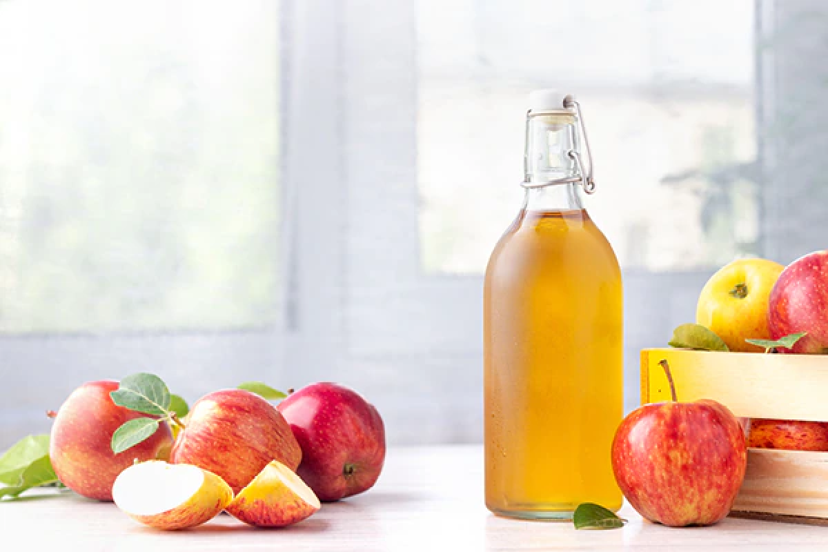 Giấm táo: Giấm táo chứa axit malic - một trong những thành phần quan trọng nhất giúp làm sáng màu các đốm tàn nhang, từ đó khiến chúng bớt lộ rõ trên da hơn. Axit này giúp tẩy da chết và làm sáng các tế bào bị tối màu do tích tụ melanin. Bạn chỉ cần hòa 1 thìa cà phê mật ong với 1 thìa canh giấm táo rồi thoa đều lên vùng da tàn nhang, giữ trong 15 phút rồi xả sạch với nước ấm.