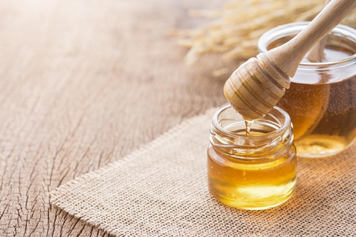 Mật ong: Mật ong là thành phần dịu nhẹ nhất nhưng lại có tác dụng thần kỳ trong việc chăm sóc da. Các chất flavonoids và axit phenolic trong mật ong có tác dụng điều hòa sự sản sinh melanin, từ đó giúp giảm tàn nhang. Bạn hãy hòa một thìa cà phê mật ong với một thìa cà phê nước cốt chanh, thoa hỗn hợp lên da rồi xả sạch sau 15 phút.