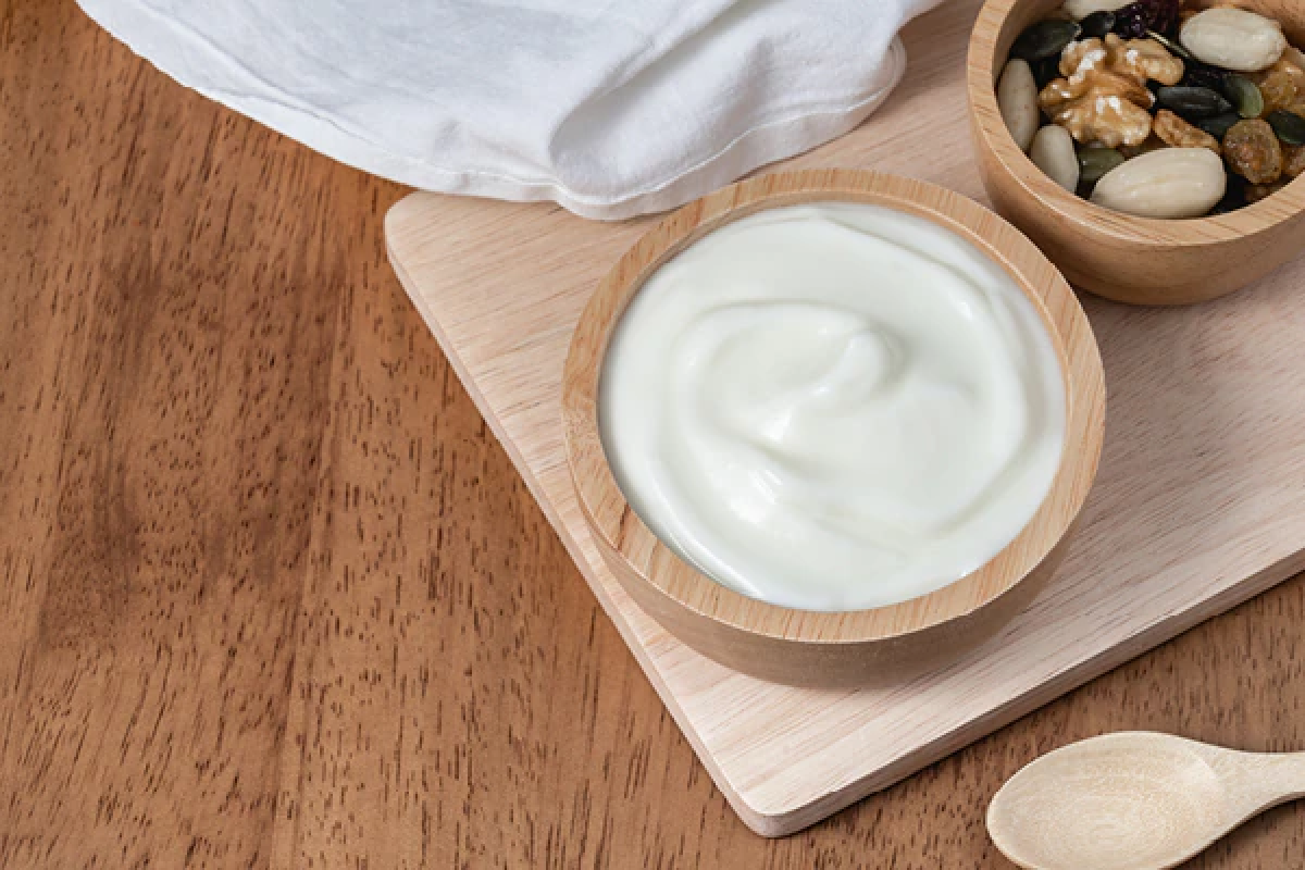 Sữa chua: Tương tự như chanh, sữa chua cũng rất giàu axit giúp loại bỏ bụi bẩn trên da. Axit lactic có trong sữa chua rất hiệu quả trong việc làm đều màu da, giảm tình trạng tàn nhang. Bạn hãy lấy khoảng 2 thìa canh sữa chua vào bát, thoa đều và mát-xa trên da khoảng 15 phút rồi xả sạch với nước ấm.