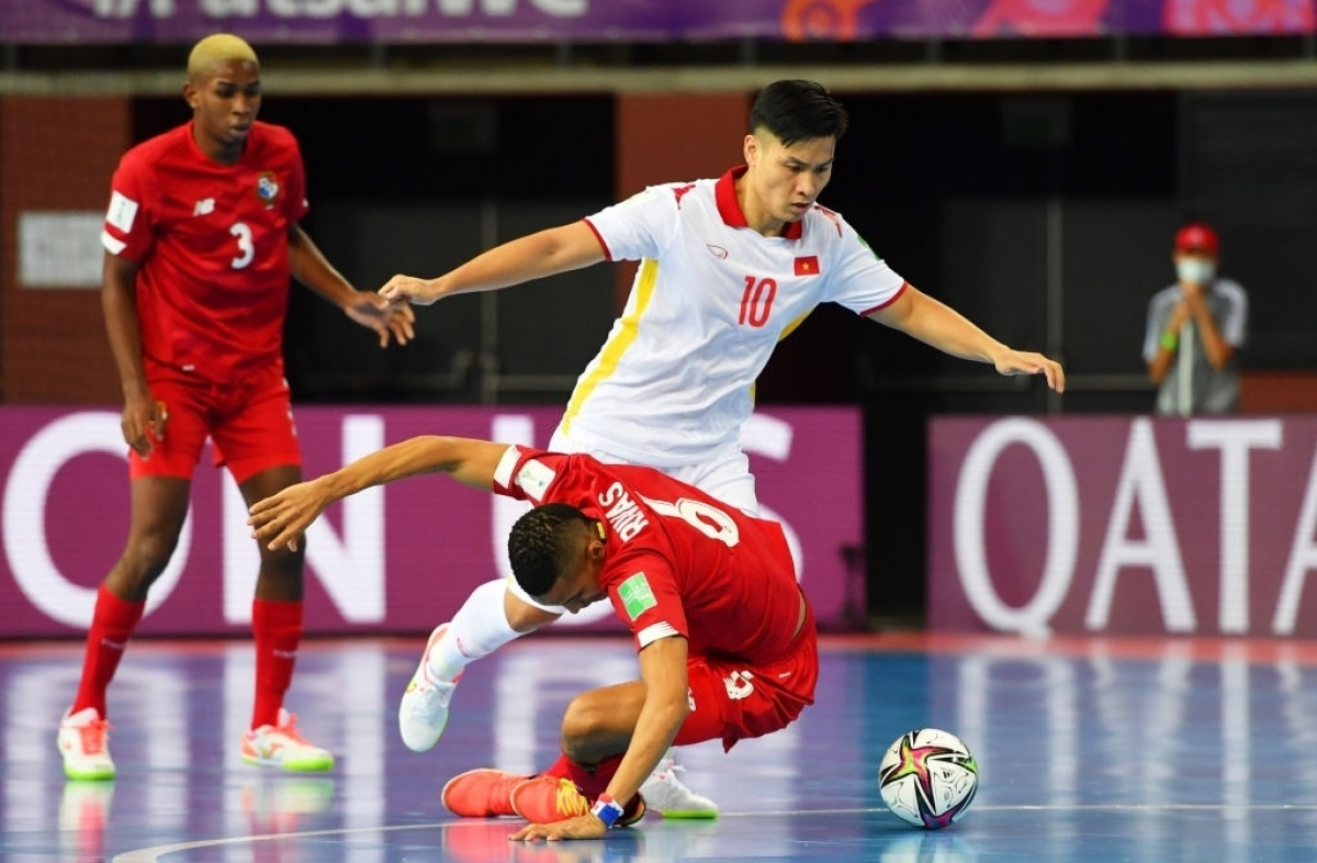 The Vietnam Football Federation (VFF) deliver a bonus of VND500 million to the national futsal team immediately after the victory over Panama 3-2, offering great encouragement to the whole team at the global tournament.