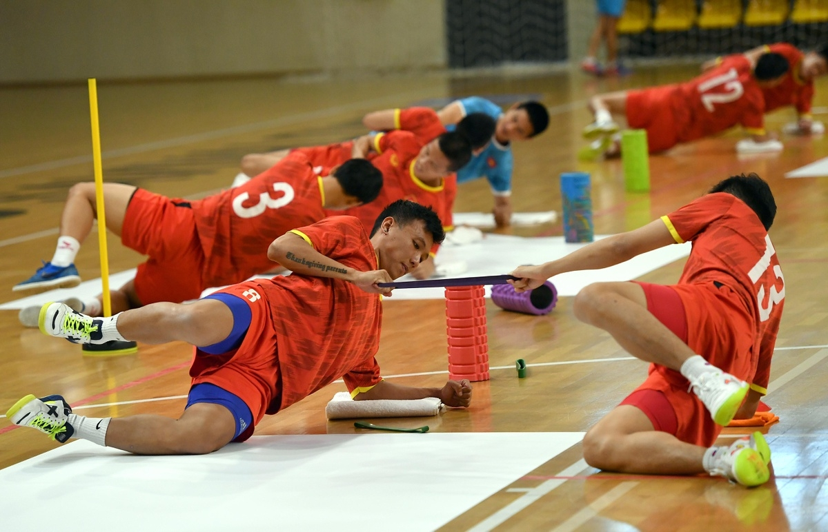 Minh Tri and his teammates strictly follow all the exercises, with fitness believed to play an important role in improving their physical condition.