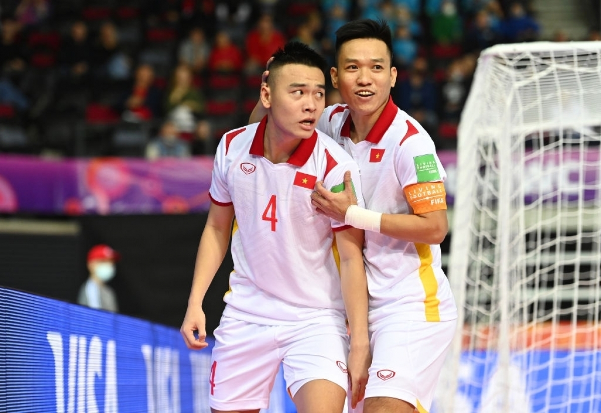Doan Phat helps increase the score to 2-0 for Vietnamese team in the eighth minute with a powerful shot from a narrow angle.