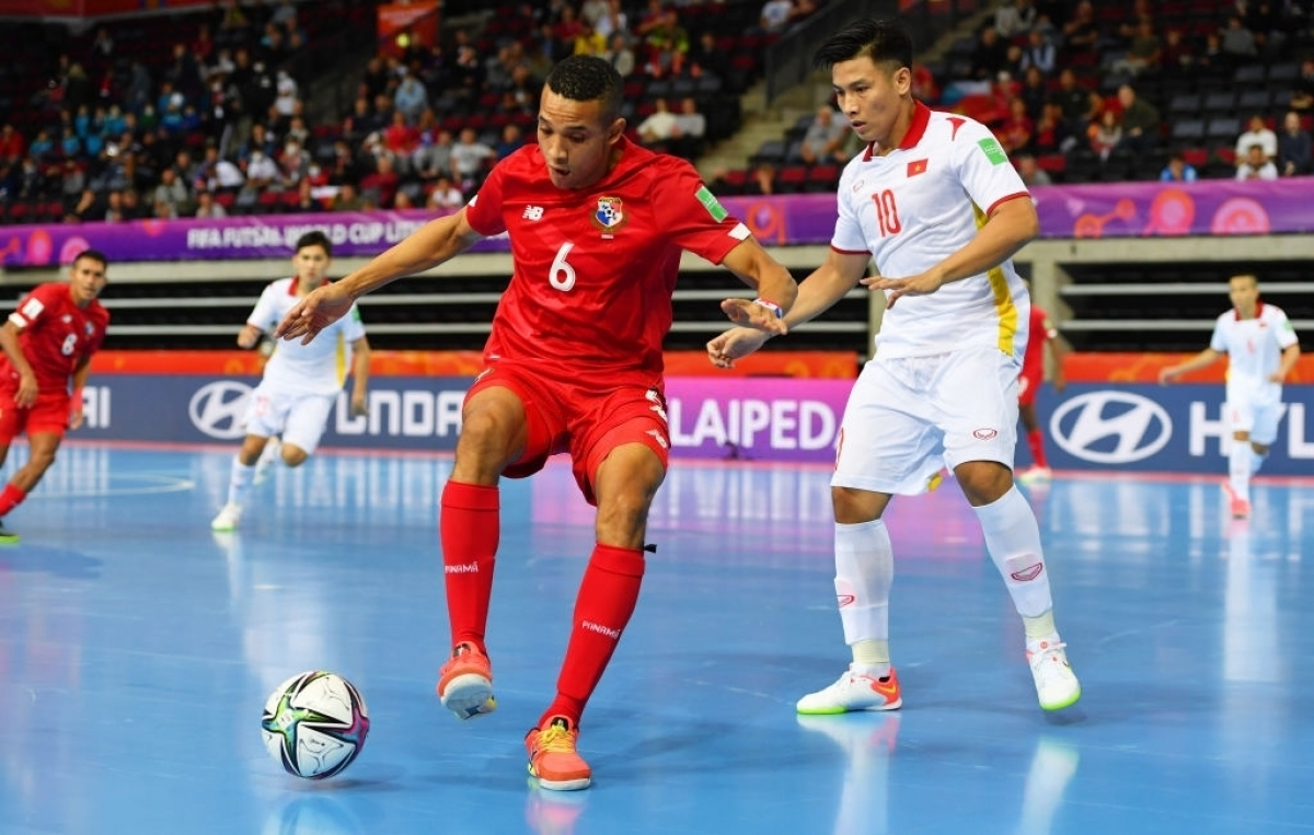 The Panama team push forward seeking to score a goal.