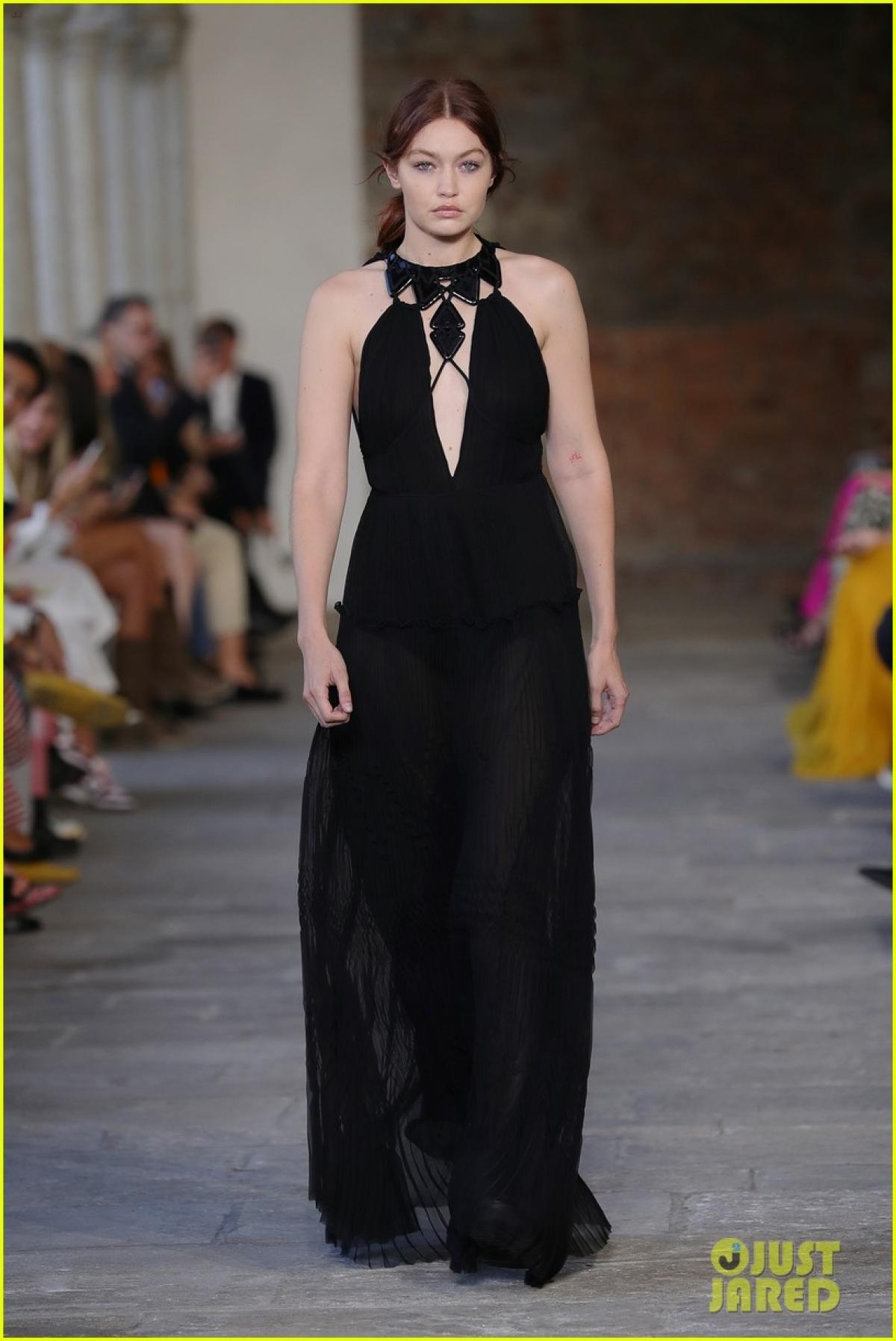 Gigi Hadid tham dự show diễn của Alberta Ferretti tại Tuần lễ thời trang Milan diễn ra tại Italy.