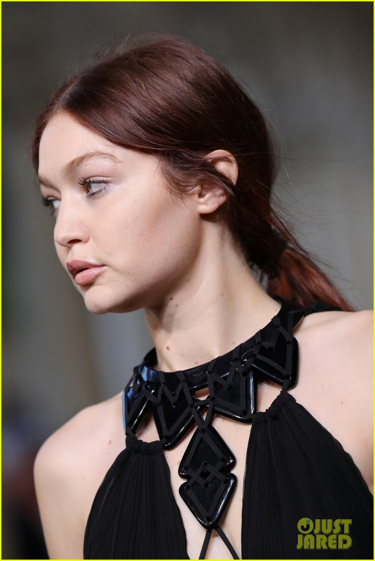 Người đẹp Mỹ trang điểm, làm tóc nhẹ nhàng, thu hút bởi vẻ ngoài xinh đẹp.